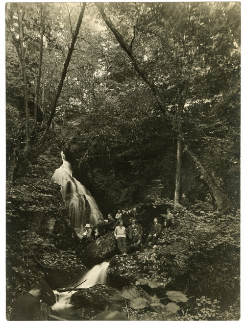 Students celebrating Mountain Day on Mt. Toby, October 1907.